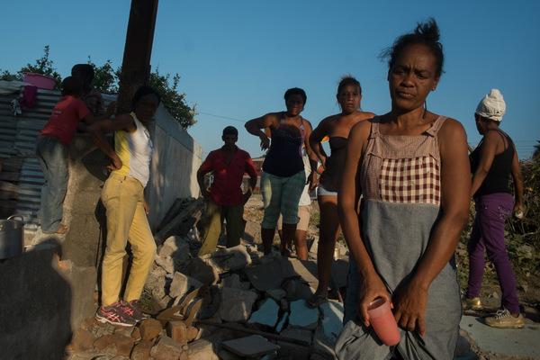 Alexis Aubin - Un groupe de femmes proteste contre la destruction de leur maison. Un projet de développement urbain à Santiago de Cuba, a pour objectif de construire une route qui joindra le cimetière municipal au centre-ville. Certains prétendent que le projet est réalisé en prévision du décès de Fidel Castro.