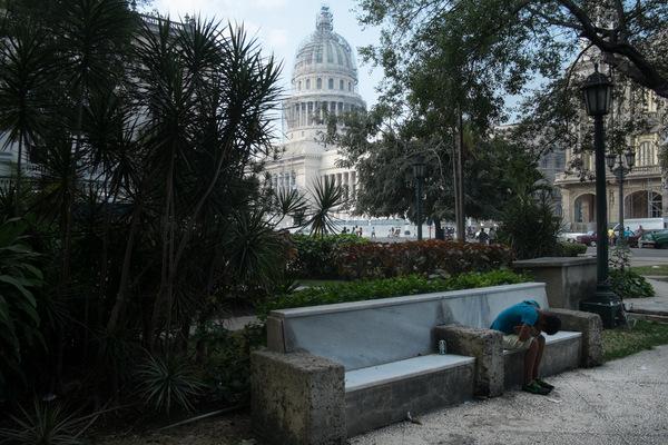 Alexis Aubin - Les cubains sont confinés à leur pays. Les passeports sont quasi inexistants et les permissions de sorties sont généralement administrées à des artistes, des sportifs de haut niveau ou des diplomates. Beaucoup espèrent que les réformes de létat leur donneront la possibilité de voyager.