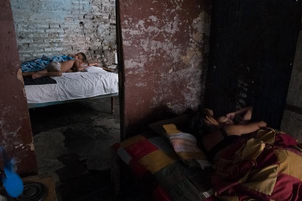 Alexis Aubin - Les enfants de Miledi durant la sieste. Mère monoparentale de 40 ans elle reçoit 60 pesos cubain par mois (2,50$) de la part du gouvenement. Elle travaille de ce quelle trouve, pour joindre les deux bouts.