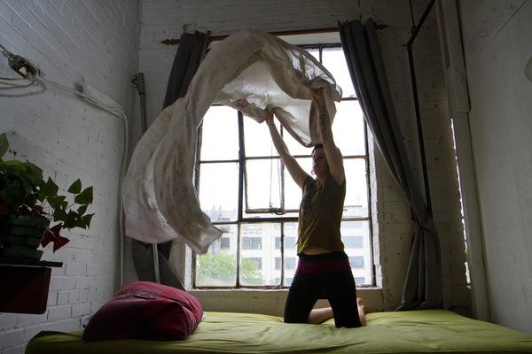 Alexis Aubin - Mylène aménage sa chambre dans son appartement au quatrième étage de limmeuble. Mylene is fixing her room in her loft on the fourth floor of the building.
