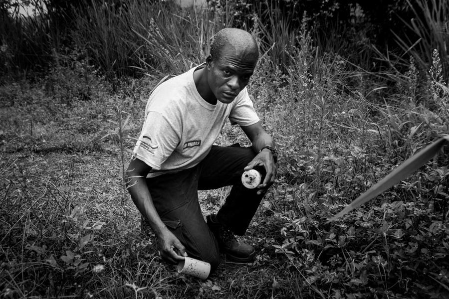 Alexis Aubin - Adriano Gutiérrez Hinestroza, supervisor de operaciones, installa una mina falsa durante un entrenamiento. Los desminadores aprenden a detectar la presencia de minas antipersonal. Algeciras, Huila, Colombia - 11 de marzo de 2017