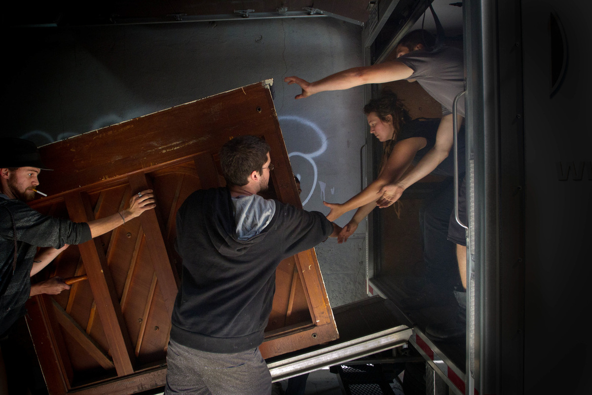 Alexis Aubin - Travail déquipe pour déménager un piano. Les habitants des lofts ont été évincés à la fin de lété 2013. Team work to move a piano. The tenants got evicted by the municipal government of Montreal at the end of the 2013 summer.