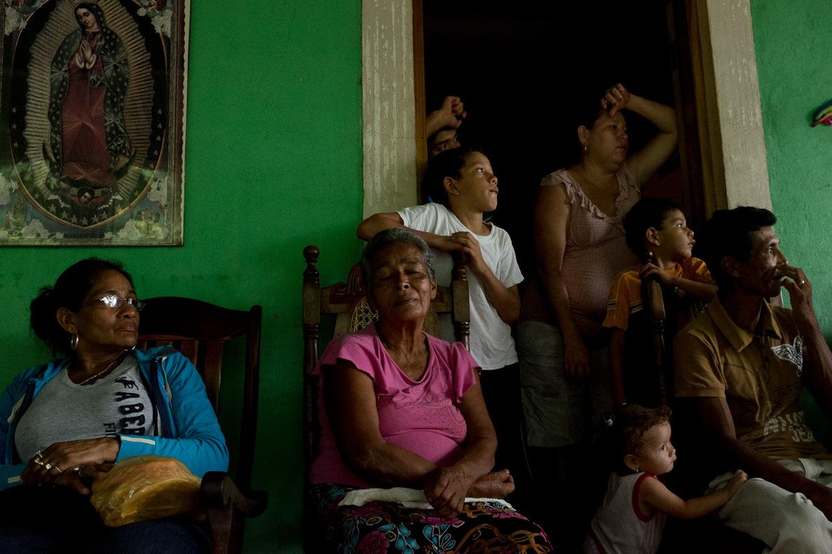 Adrienne Surprenant - Proche de lentrée de Miramar, une réunion du village pour organiserla résistance civique et pacifique au projet de canal.