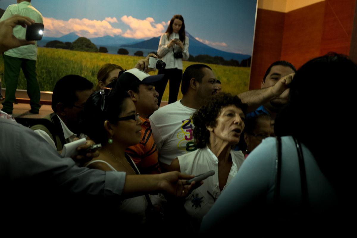 Adrienne Surprenant - Consultation publique de Managua. Un groupe de partisans du FSLN empêchent deux avocates de parler aux médias en criant des vivas. Elles ont critiqué la loi de concession du canal (loi 840).