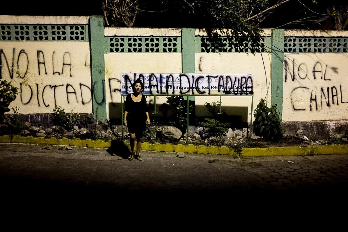 Adrienne Surprenant - Un graffiti dit non au canal et non à la dictature sur la rue principale de Moyogalpa, île dOmetepe.