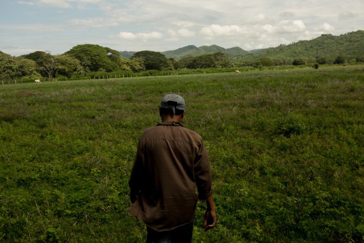 Adrienne Surprenant - Hacienda Miramar, près de Brito. En route vers les trous laisséspar des ingénieurs de HKND lorsquils ont fait descarottes de prélèvementpour définir la route du canal.