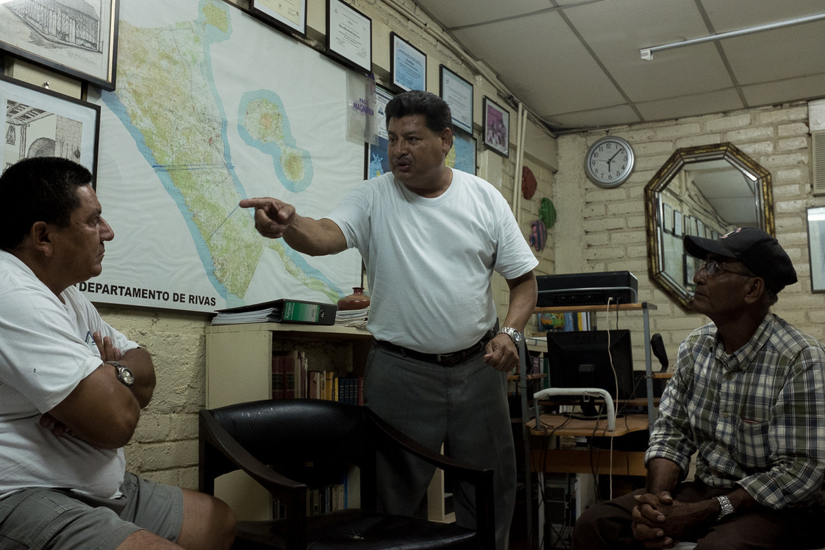 Adrienne Surprenant - Octavio Ortega dans son bureau du FUNDEMUR, à Rivas, en train de fonder un comité de déense des terres contre le canal, avec des représentant des communautés environnantes.Ila été menacé de mort 3 fois, depuis quil a commencé à se prononcer contre le projet du canal.