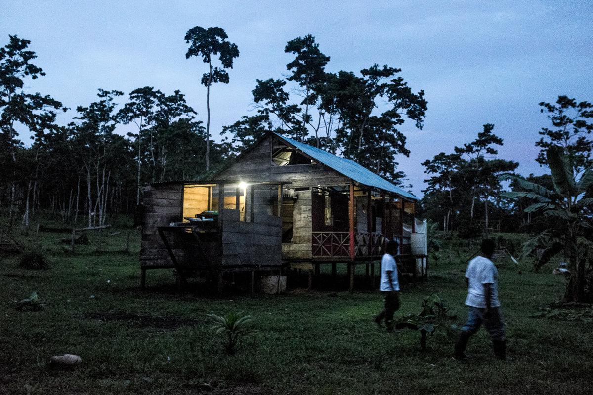 Adrienne Surprenant - Les maisons de Bangkukuk Taik, village autochtone Ramasont éclairées par des panneaux solaires, qui ont été financés par la banque mondiale aux environs de 2010.