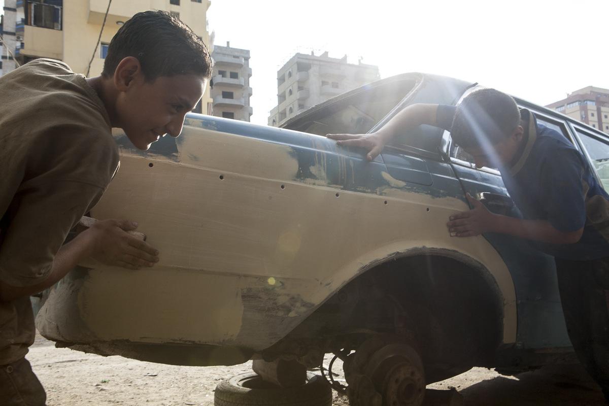 """Adrienne Surprenant - Originaire de Homs, Abdel Rahman, 13 ans, travaille depuis deux ans dans un garage du camp de Beddawi où il refait la peinture des vieilles Mercedes importées d'Allemagne. """"Je gagne 40 000 livres libanaises [23,6 euros, NDLR] par semaine. Ça me permet d'aider ma famille à payer le loyer."""" Abdel Rahman ne va pas à l'école depuis qu'il a fui son pays."""
