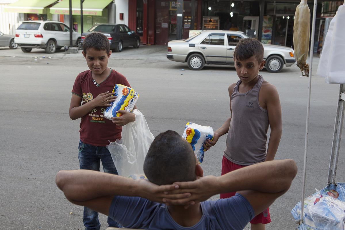 Adrienne Surprenant - Mohammad Al-Massoud, 11 ans, est originaire de la banlieue d'Alep. Chaque matin, il s'aventure le long du boulevard qui orne le camp palestinien de Beddawi pour vendre des mouchoirs aux conducteurs et aux passants pour payer son éducation. Chaque paquet coûte 250 livres libanaises. S'il en vend 10, il peut acheter deux paquets de pain à répartir entre ses 8 frères et soeurs, sa nièce et son neveu. L'après-midi, il va à l'école Tuyoor El-Amal.