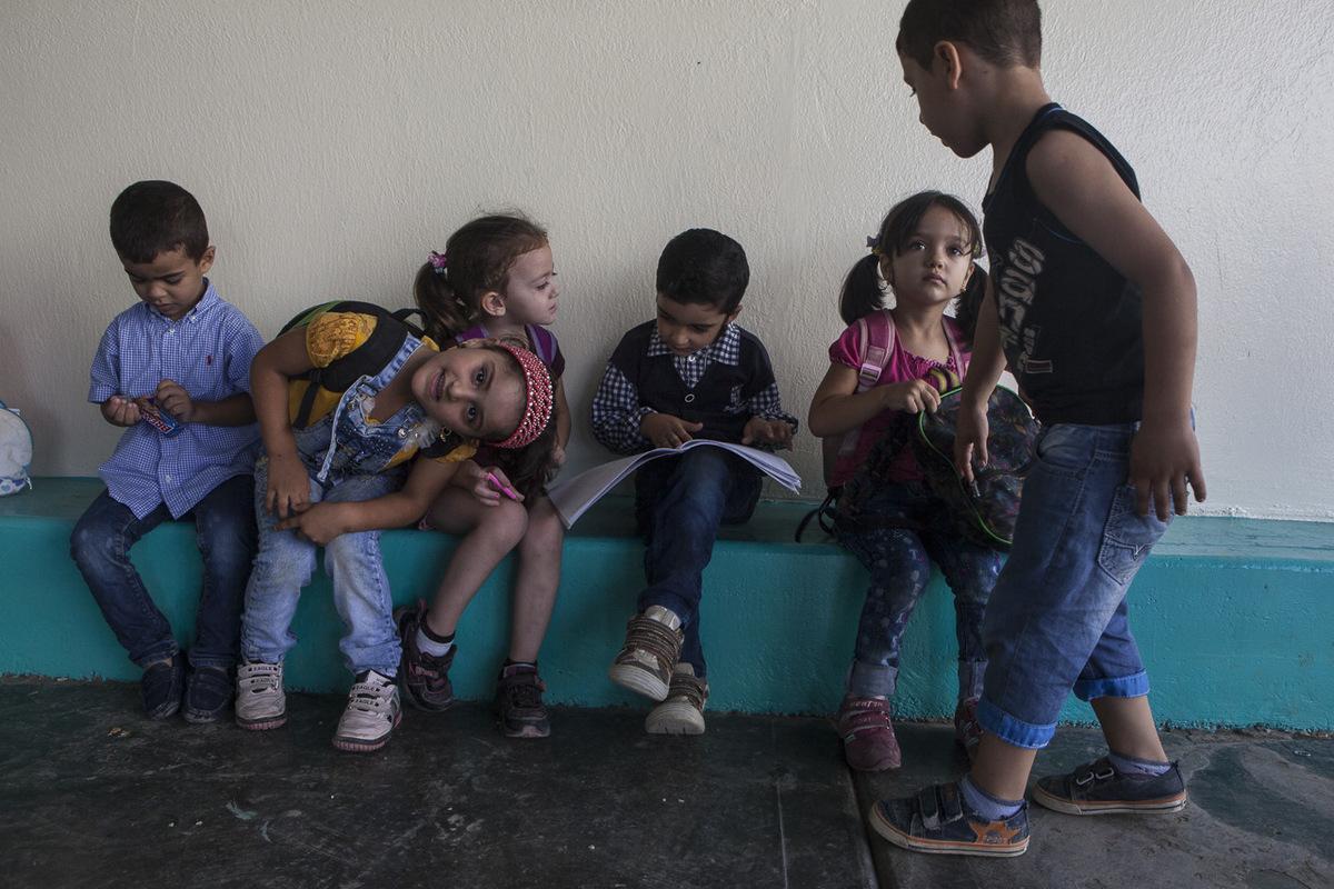 """Adrienne Surprenant - Isra Al-Khaled, (assise à droite), va pour la première fois à l'école lors de la session d'été de Tuyoor el-Amal. Pendant ce temps-là, son frère muet reste à la maison. Sa mère, Oumaya, dit qu'il y a une école """"pour les enfants comme lui"""" à Beyrouth, mais que celle-ci coûterait 10 000$ par session. «Nous n'avons même pas de passeports. Chacun coûte 400$. Soit 1600$ pour la famille. Or je n'ai pas 1$ en poche!» résume-t-elle."""