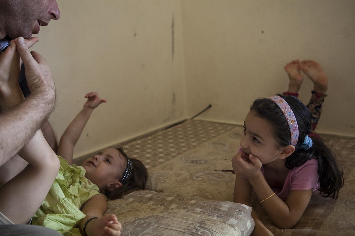 Adrienne Surprenant - Quand Bayane (en vert) est née dans la province syrienne d'Idlib, son père était déjà mort. C'est Mustafa Al-Haj, 31 ans, directeur de l'école Tuyoor el-Amal depuis 4 ans, qui a pris la fillette de 3 ans sous son aile. Il l'a amenée à Beddawi avec ses 4 frères et sœurs et sa mère Mariam, la grande sœur de Mustafa. Lui aussi a été orphelin de père dès ses 4 ans. Sa mère, elle, était aveugle. S'il a pu poursuivre des études à Damas, c'est parce que Mariam a quitté l'école à 12 ans pour travailler. Mustafa connaît trop bien le prix de l'illettrisme pour le combattre sans relâche depuis son exil forcé, au Nord du Liban.