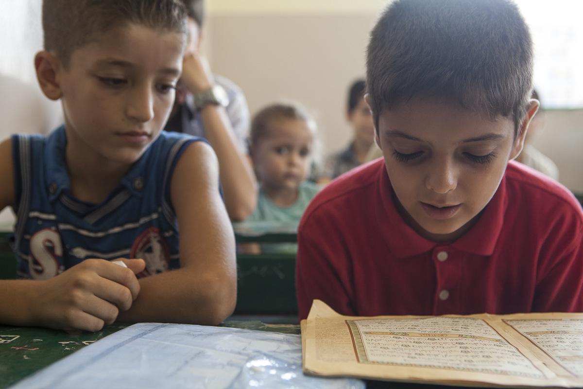 Adrienne Surprenant - Majd Adres, fils du directeur adjoint de l'école Tuyoor el-Amal, en cours de religion islamique. L'ONG koweitienne qui finance l'école souhaiterait voir augmenter les heures de cours de religion. Mustafa Al-Haj, le directeur, s'y oppose : à ses yeux, la priorité reste le futur des enfants.
