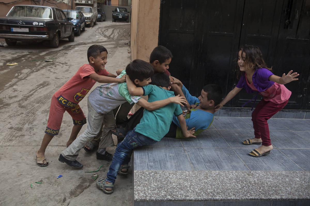 Adrienne Surprenant - Quand il n'écoute pas les professeurs de Tuyoor Al-Amal et qu'il ne vend pas de mouchoirs, Mohammad se défoule avec ses frères et les autres enfants syriens réfugiés. En l'absence de parc, les garçons se chamaillent dans l'une des ruelles étriquées du camp, construit sur 1 km carré.