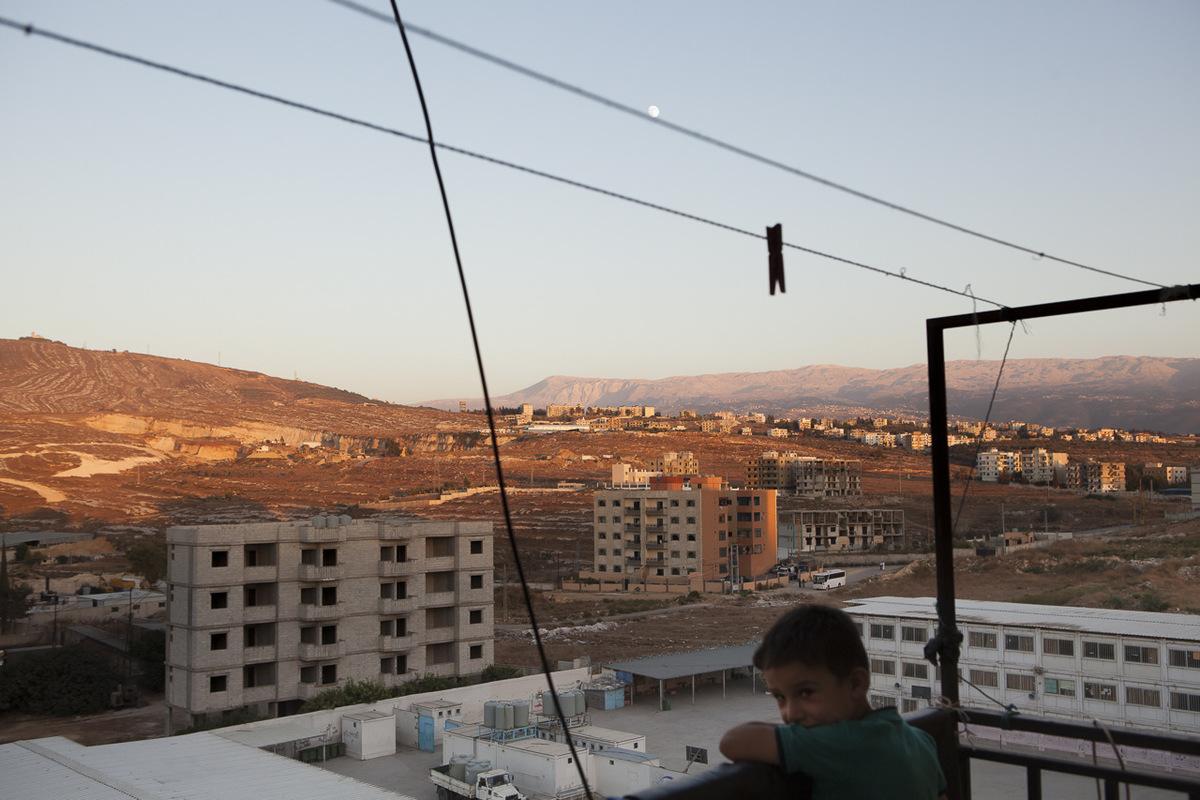 Adrienne Surprenant - Vue du camp palestinien de Beddawi, du blacon du 7ème étage de l'immeuble en construction où habite Mohammad Al-Massoud et sa famille. La plupart des élèves de l'école Tuyoor El-Amal habitent dans ce camp.