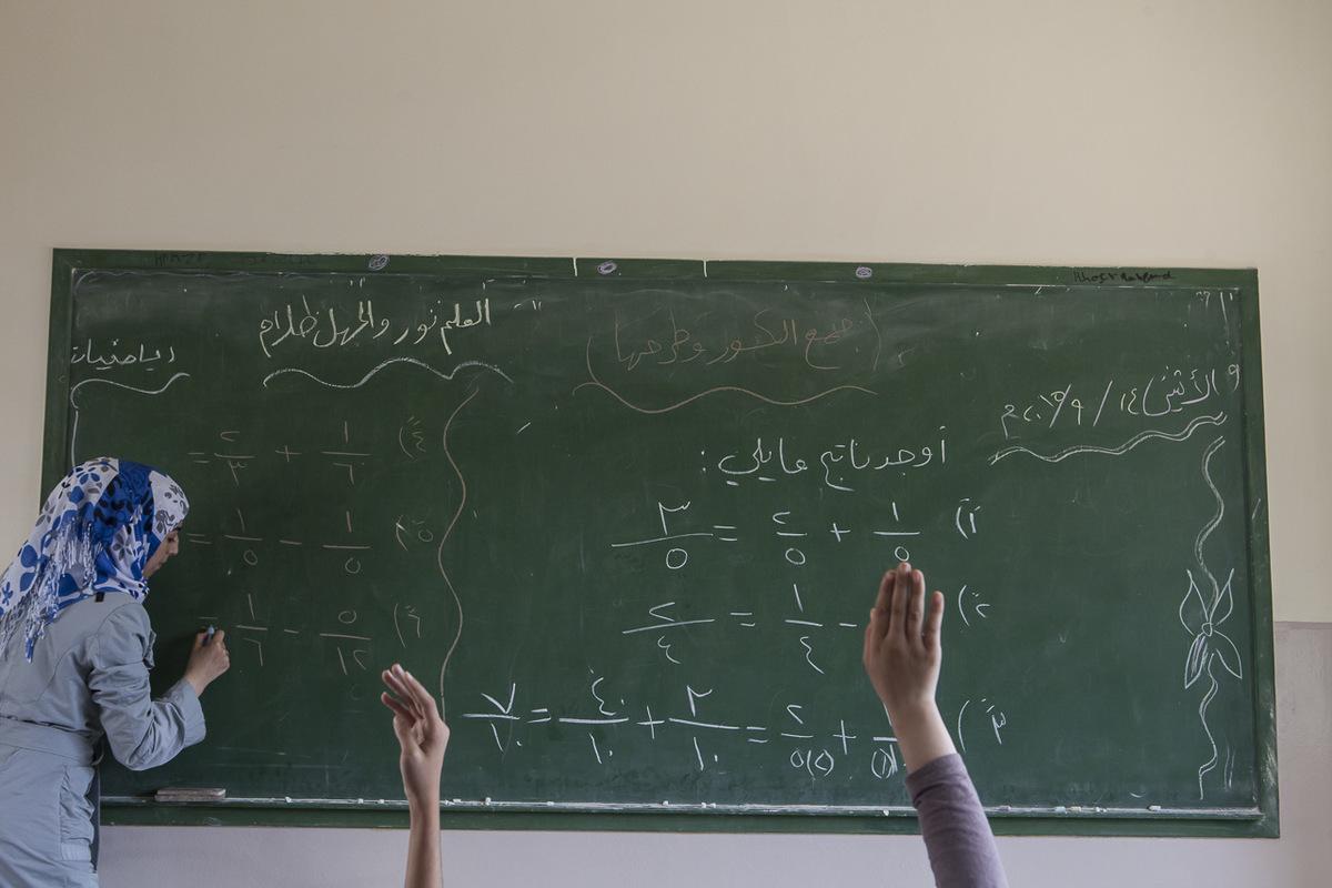 """Adrienne Surprenant - Ala, 25 ans, originaire de Homs, est maîtresse d'école à Tuyoor el-Amal. Comme les autre professeurs syriens de l'école, elle travaille sur une base bénévole, sauf si Mustafa Al-Haj, le directeur, arrive à trouver des fonds pour leurs salaires. """"Ne pas être payée, ce n'est pas ça qui va me faire changer d'école. On a une mission auprès de ces enfants : on est chargés de l'avenir d'une génération."""" Dévouée, elle est venue au Liban pour prendre soin de son frère de 23 ans, qui a perdu une jambe lors d'un bombardement mais qui travaille encore dans un restaurant, 13 heures par jour."""