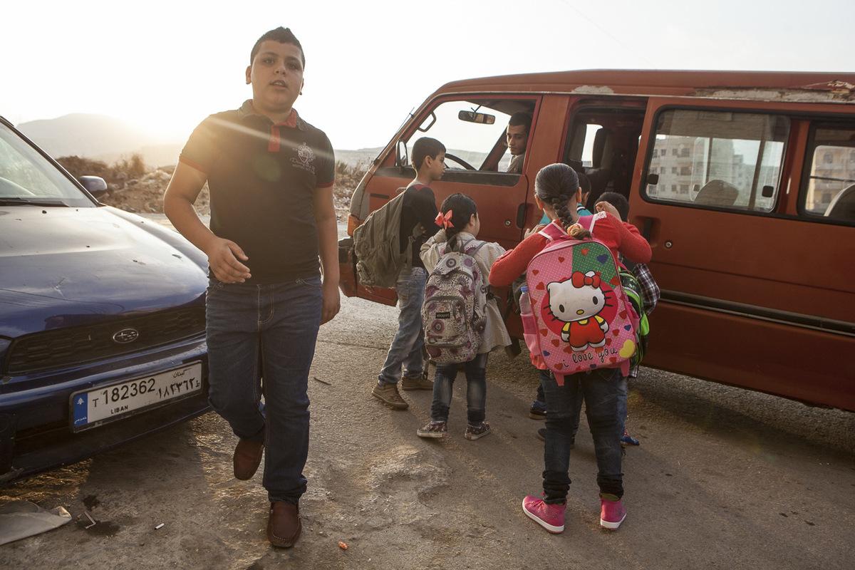 Adrienne Surprenant - Abdel Halim, un jeune écolier syrien, s'apprête à rejoindre les bancs scolaires aux côtés d'élèves libanais. Selon Mustafa Al-Haj, directeur de l'école Tuyoor el-Amal, il est essentiel d'aller chercher les enfants à la porte de leur maison, car sinon, les parents ne les envoient pas à l'école.