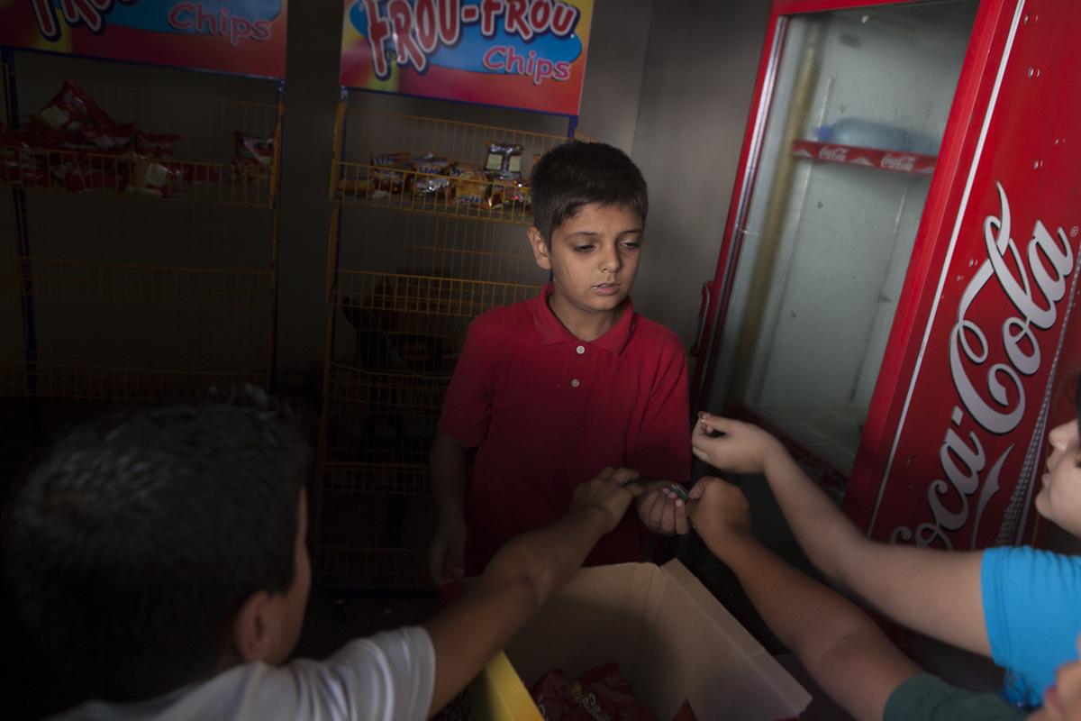 Adrienne Surprenant - Majd Adres, fils du directeur adjoint de l'école Tuyoor el-Amal, s'occupe du petit magasin de l'école, lors de la récréation. Il vend des collations et breuvages, jusqu'à ce que son père sonne la cloche annonçant la fin de la pause.