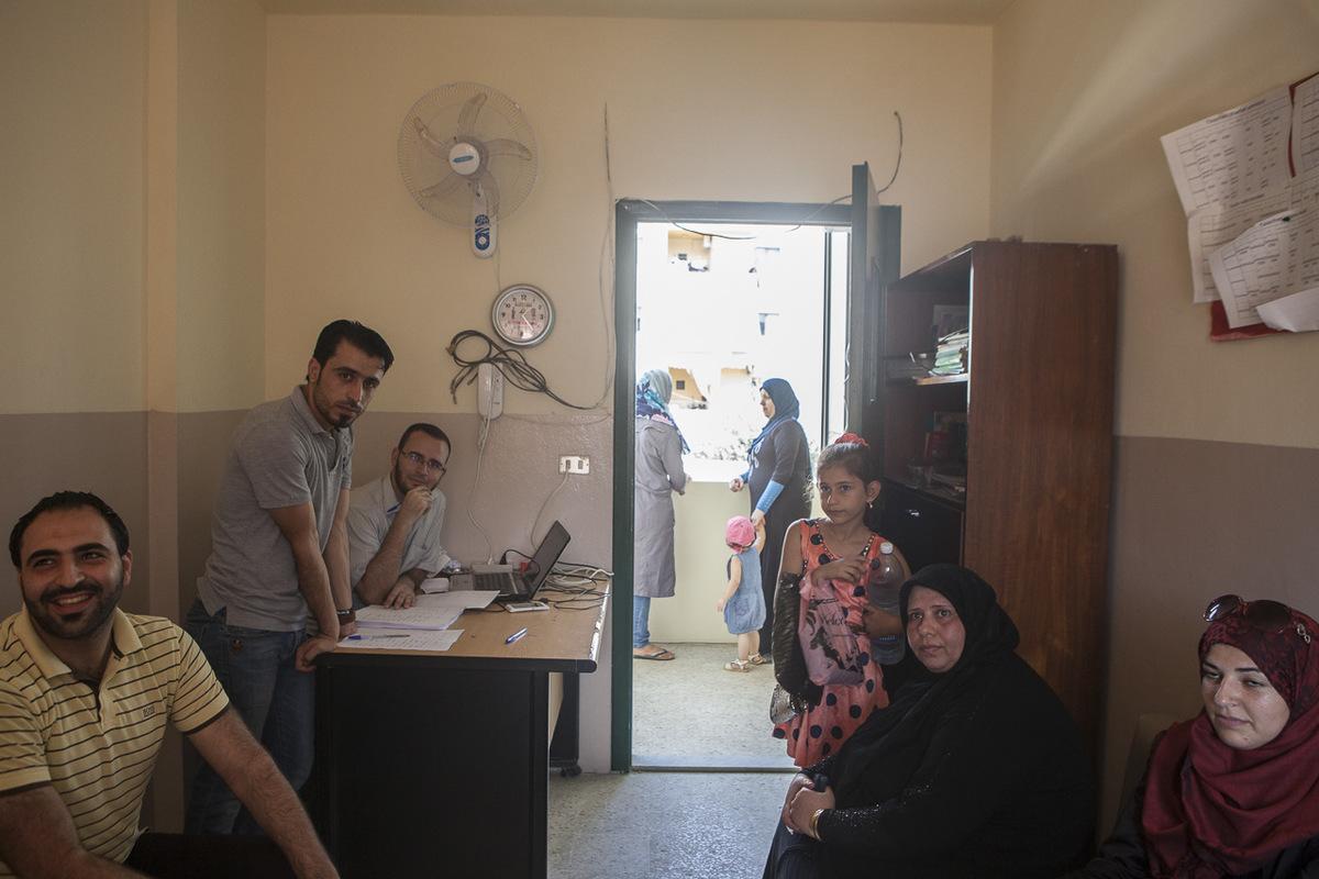 Adrienne Surprenant - Bien que les inscriptions pour cette année scolaire soient fermées, par manque de place, des parents continuent d'affluer à l'école Tuyoor el-Amal («Les oiseaux de l'espoir»), pour tenter d'y inscrire leur enfant. Fouad, professeur d'éducation physique de Tuyoor el-Amal, et cousin de Mustafa aide à organiser la rentrée. Comme les autres professeurs de l'école, il travaille sans cesse à rendre plus accessible l'éducation pour les jeunes syriens.