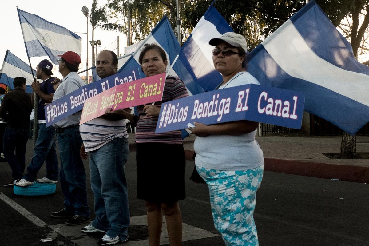 Adrienne Surprenant - Depuis les petites heures du matin, les partisans du parti sandiniste (FSLN) célèbrent le canal à Managua.