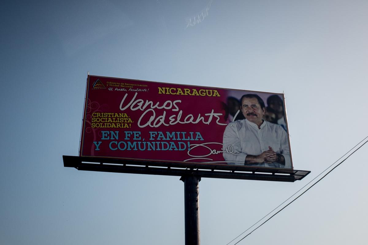 Adrienne Surprenant - Le slogan Chrétien, socialiste et solidaire est sur de nombreux panneaux aux couleurs du parti du président Daniel Ortega.