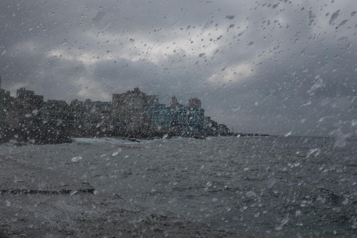 Adrienne Surprenant - Vue du Malecon sur le Vedado, quartier le plus moderne de la Havane.