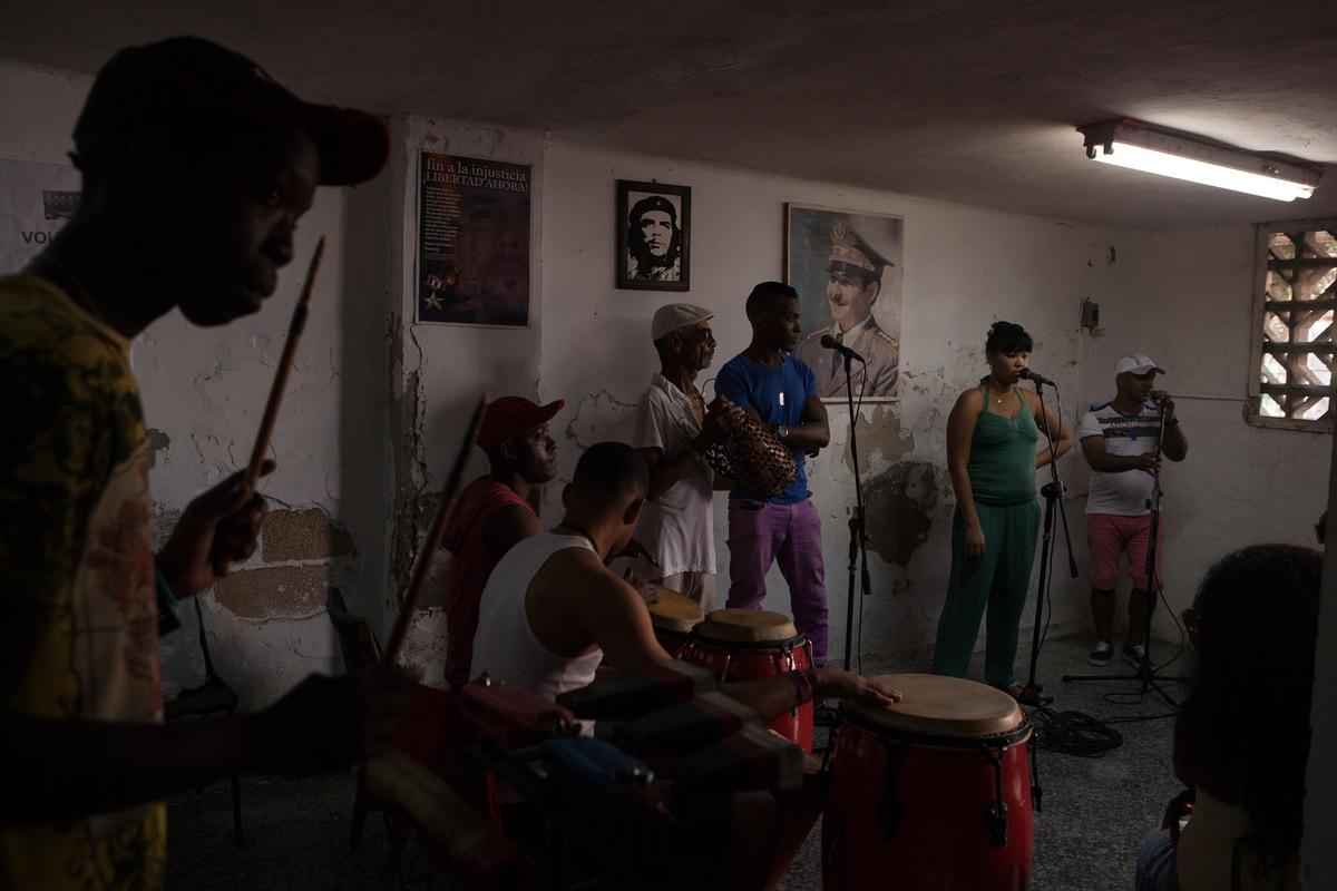 Adrienne Surprenant - Le groupe de musique Obba Ina pratique dans un petit local du Vedado en prévision dun spectacle quils feront dans le cadre du festival du Tambour. La plupart de ces musiciens jouent pour subvenir à leurs besoins primaires.