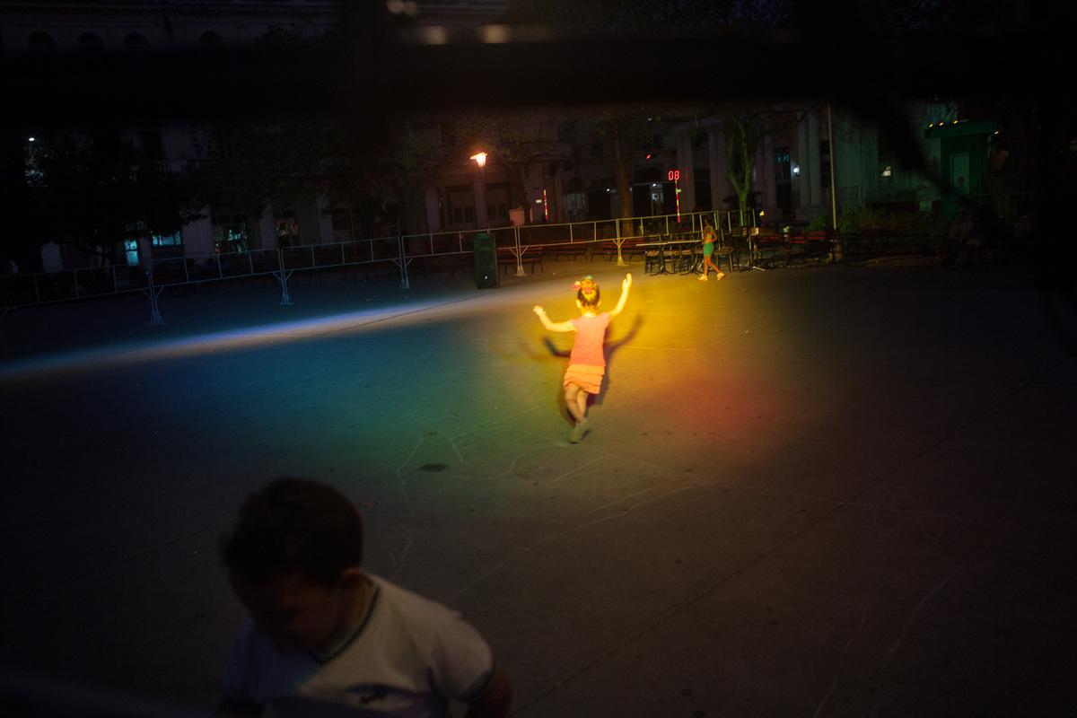 Adrienne Surprenant - Dans le parc central de Santa Clara, des enfants samusent en attendant la suite du festival de la danse local, présenté comme un grand succès de la révolution et de la ville de Santa Clara.