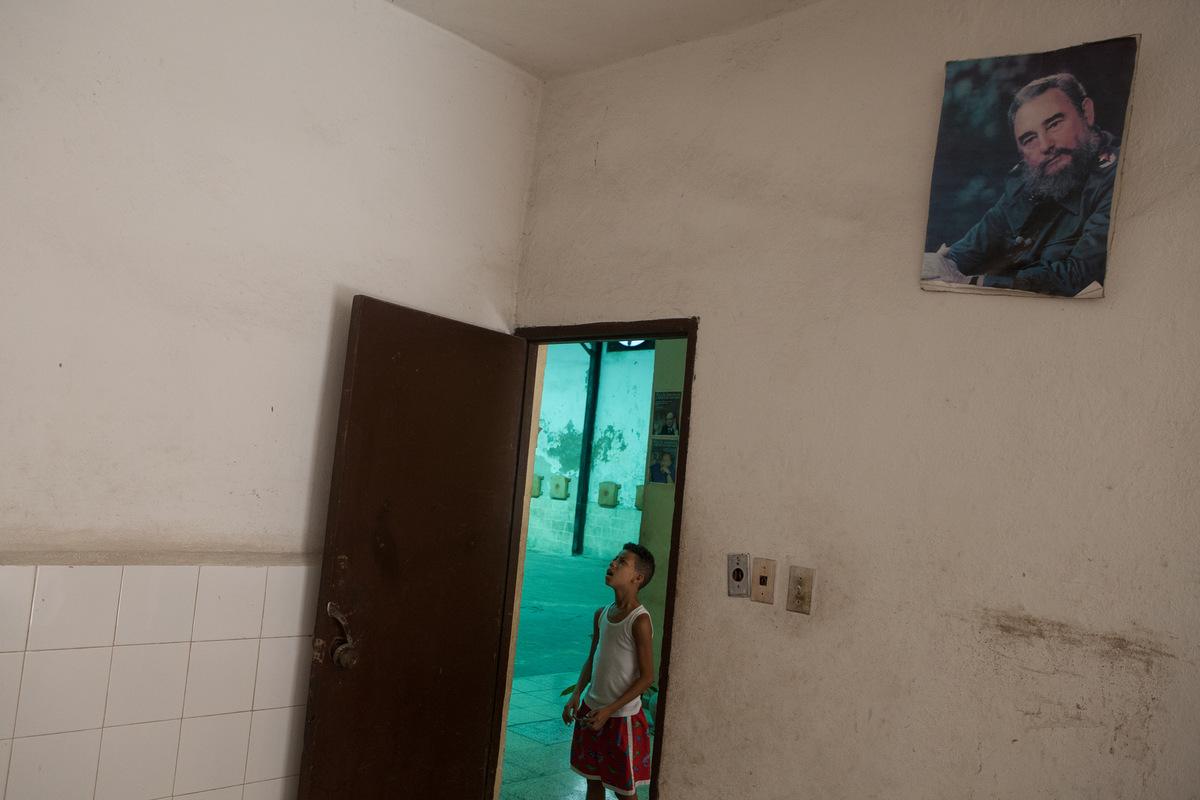 Adrienne Surprenant - Un enfant attends le début de son cours descrime quotidien, dans le gymnase Les martyres des Barbades, à la Havane. Le sport occupe une place importante dans léducation et la société cubaine.