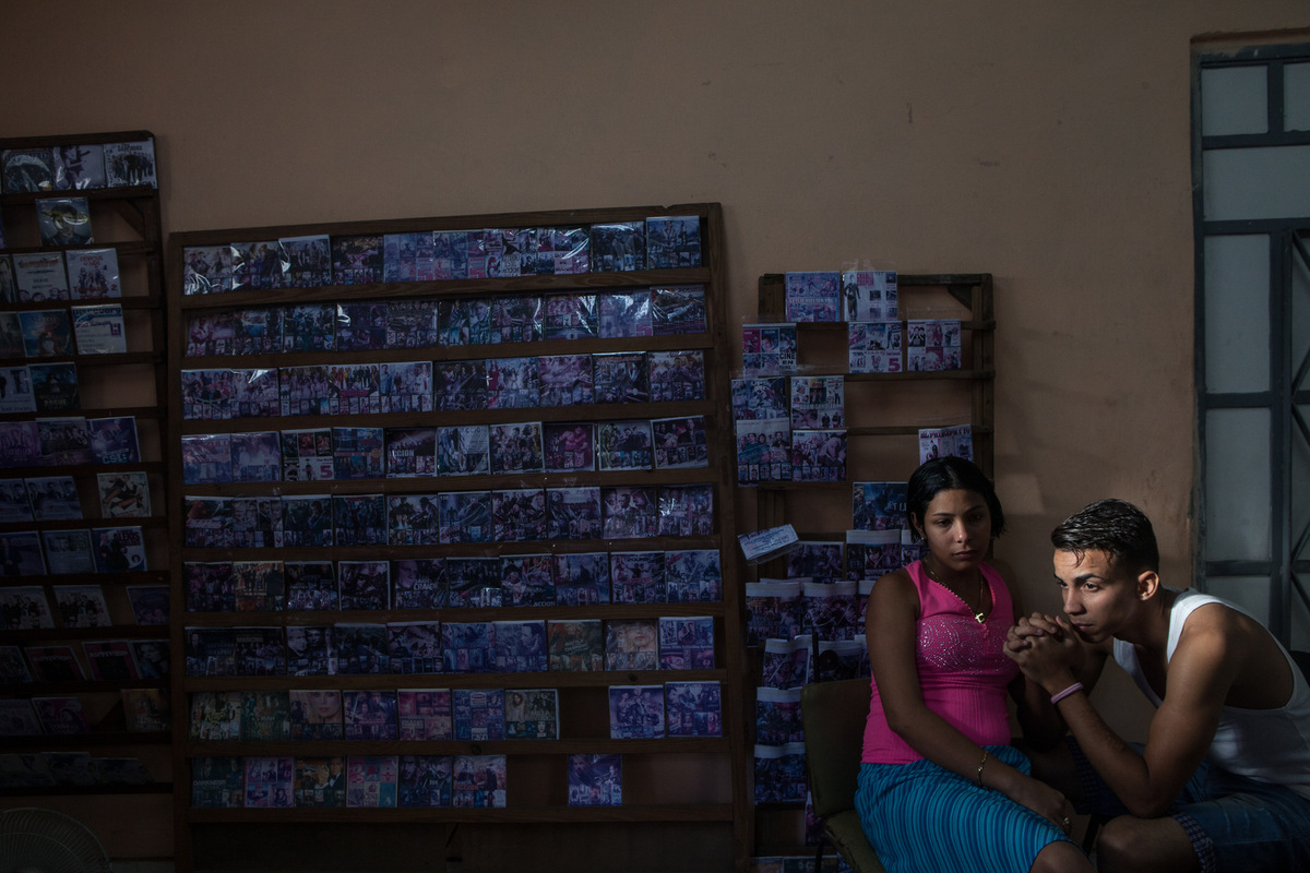 Adrienne Surprenant - Un couple vent des CD et des DVDs piratés dans lentrée de leur maison, à la Havane. Raoul Castro, au pouvoir depuis 2008 a mis en place des réformes économiques encourageant le secteur privé, les coopératives et les travailleurs autonomes.