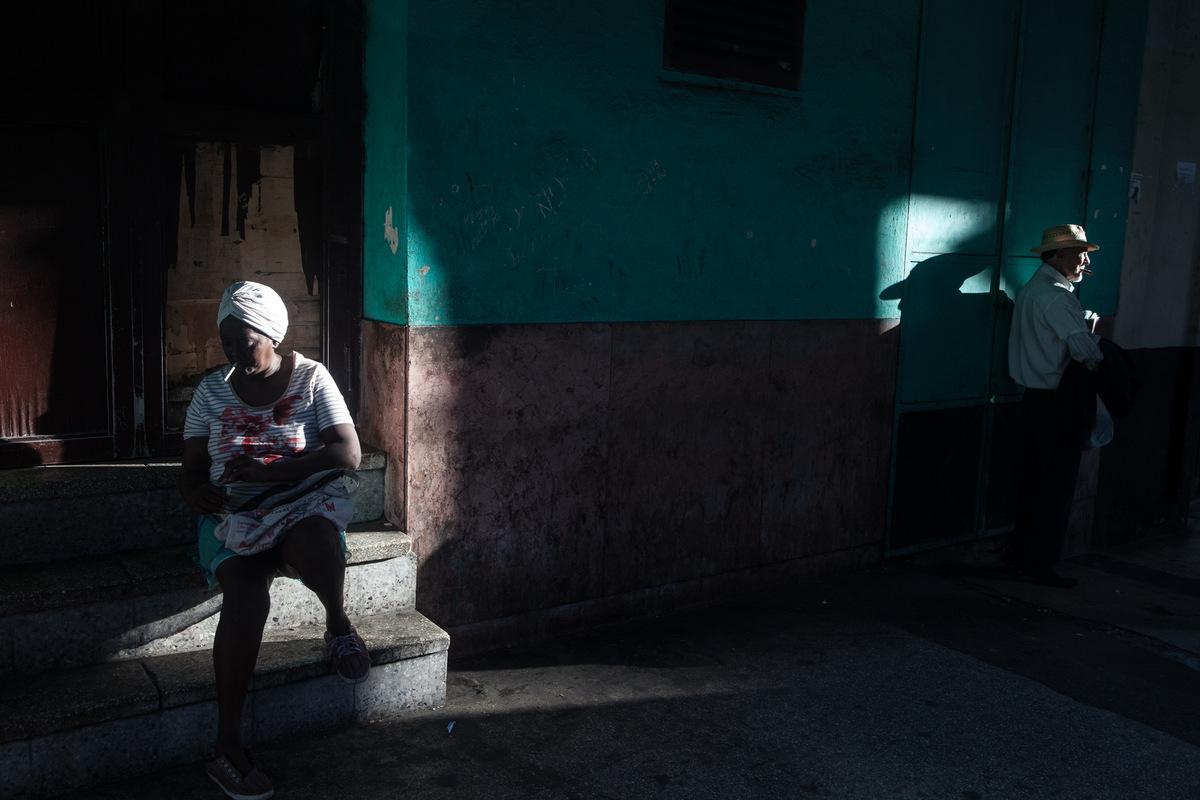 Adrienne Surprenant - Une dame vent le journal Granma Sur lavenue Reina, à la Havane. Trois journaux majeurs sont distribués journellement à Cuba: Le Granma, La jeunesse rebelle et Le travailleur.