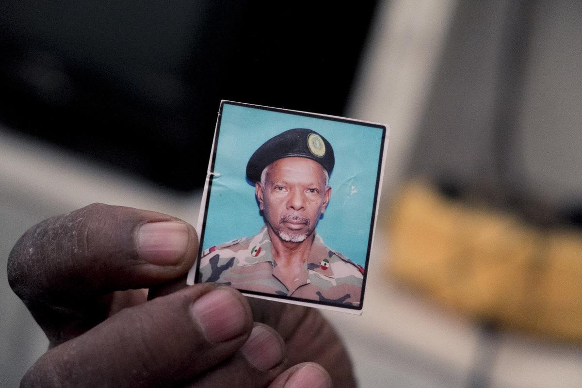 Adrienne Surprenant - Docteur Houssein Awarem, 67 ans. Il est né à lEst dHargeisa, au Nord de la Somalie. En 1988 au début de la guerre entre la Somalie de Siad Barré et le Somali National Movement (SNM), il a fui sous les bombardements, comme des milliers dautres, pour trouver refuge dans un camp en Éthiopie.