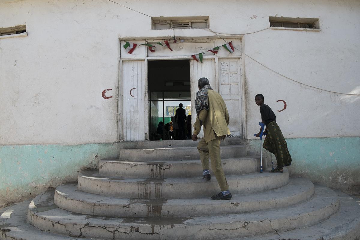 Adrienne Surprenant - En 1993, deux ans après son retour du camp de réfugiés en Éthiopie, le docteur a ouvert son hôpital dans un ancien musée de la culture Somalienne. Je nai eu à faire quun peu de décoration, affirme le docteur, alors que des photos dépoque révèlent un bâtiment presque effondré.