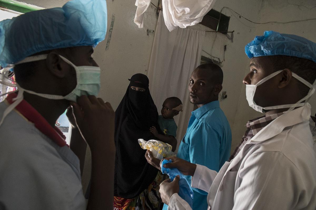 Adrienne Surprenant - Juste avant une opération, les assistants du docteur se préparent. Vous savez, on est vraiment très occupés, répètent-ils sans cesse. Le prix moyen dune consultation au Somaliland est de 5 à 10 USD. À la clinique du Docteur Awarem, la consultation est moins chère.