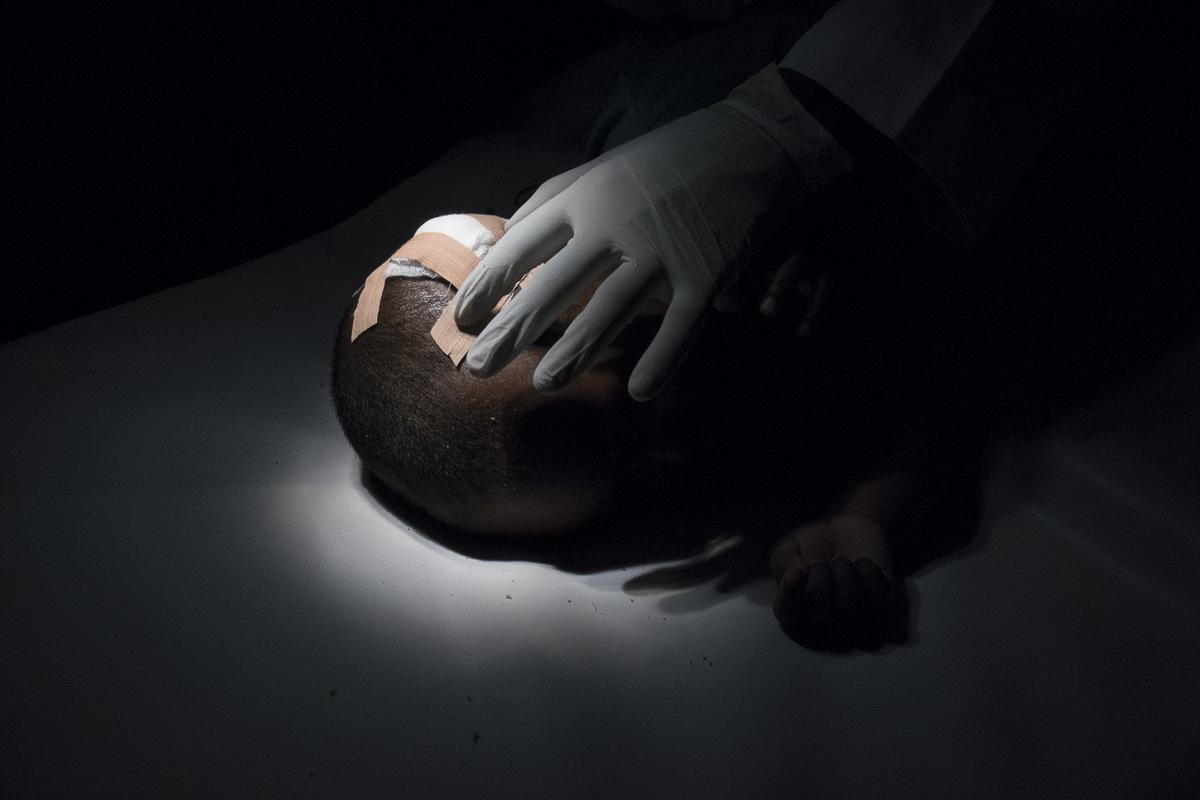 Adrienne Surprenant - Auto-didacte, formé à lépoque de la guerre, le docteur Houssein Awarem incarne cette génération qui a dû contruire un pays sur les ruines de la guerre. Désormais, le Somaliland a une commission nationale de la santé. Son établissement est lune des dernières traces de laprès-guerre dans une société en plein essor.
