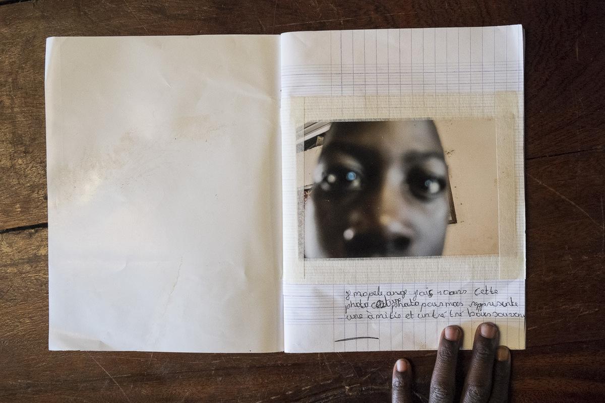 Adrienne Surprenant - Je mappelle Ange, jai 10 ans. Cette photo est une photo qui pour moi représente une amitié et un très très bon souvenir