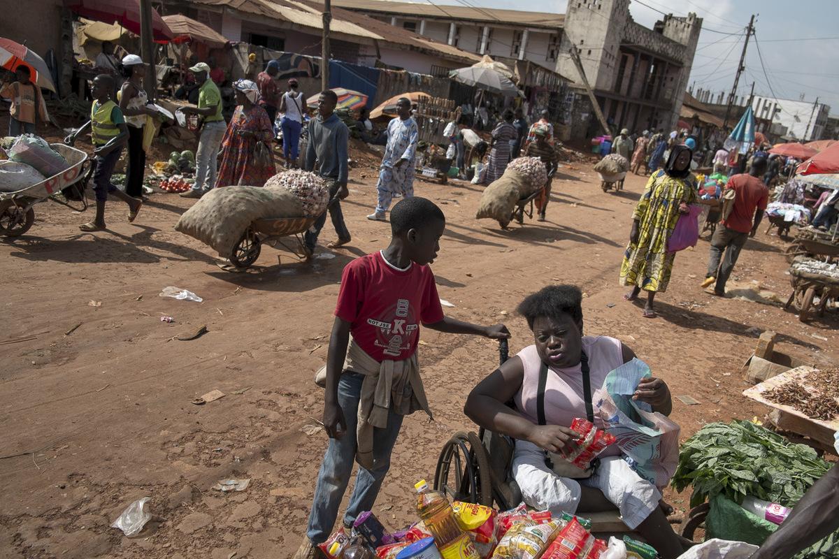 Adrienne Surprenant - À Mvog Mbi, le marché le plus proche de lendroit où les voitures venant dEkoko 2 sarrêtent à Yaoundé. Cest lendroit ou Hélène fait le marché, une fois par mois, quand Simon reçoit sa paye.
