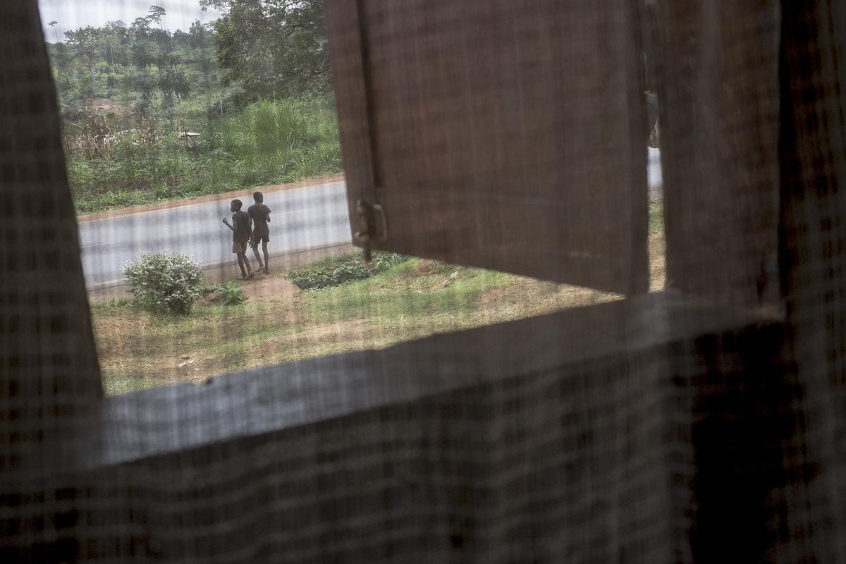 Adrienne Surprenant - Durant les vacances scolaires, le cousin dAnge vient de Douala à Ekoko 2, vivre avec Hélène et sa famille. Ensembles, ils font les quatre cents coups, dès quils peuvent entre le travail aux champs et le ménage de la maison.