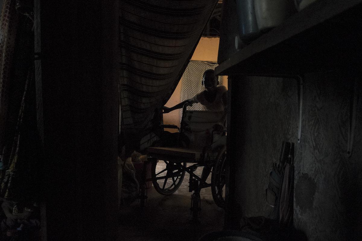 Adrienne Surprenant - Ange apporte la chaise roulante dHélène dans leur chambre.