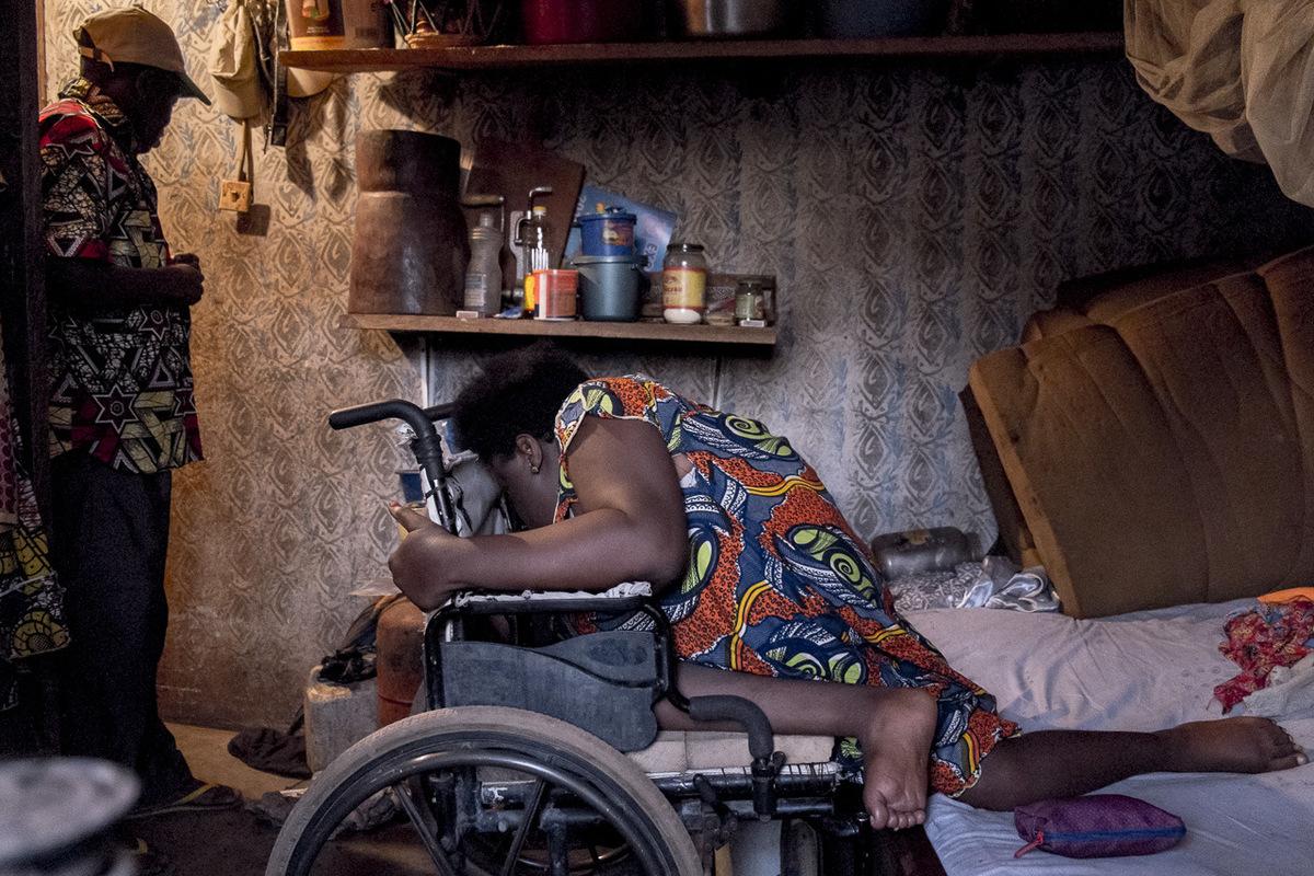 Adrienne Surprenant - Avant, Hélène rampait pour se déplacer. Mais après deux grossesses, et avec lâge, elle ne peut plus supporter son propre poids. Elle a besoin quon lui apporte sa chaise roulante pour se déplacer.