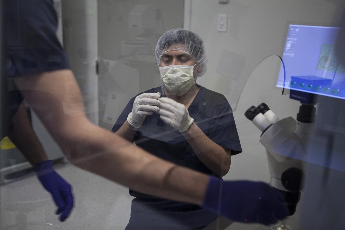 Adrienne Surprenant - Luis Manuel Baldoceda, embryologiste, à la clinique Fertilys, à Laval. La clinique est plutôt petite, souhaitant rester à échelle humaine.
