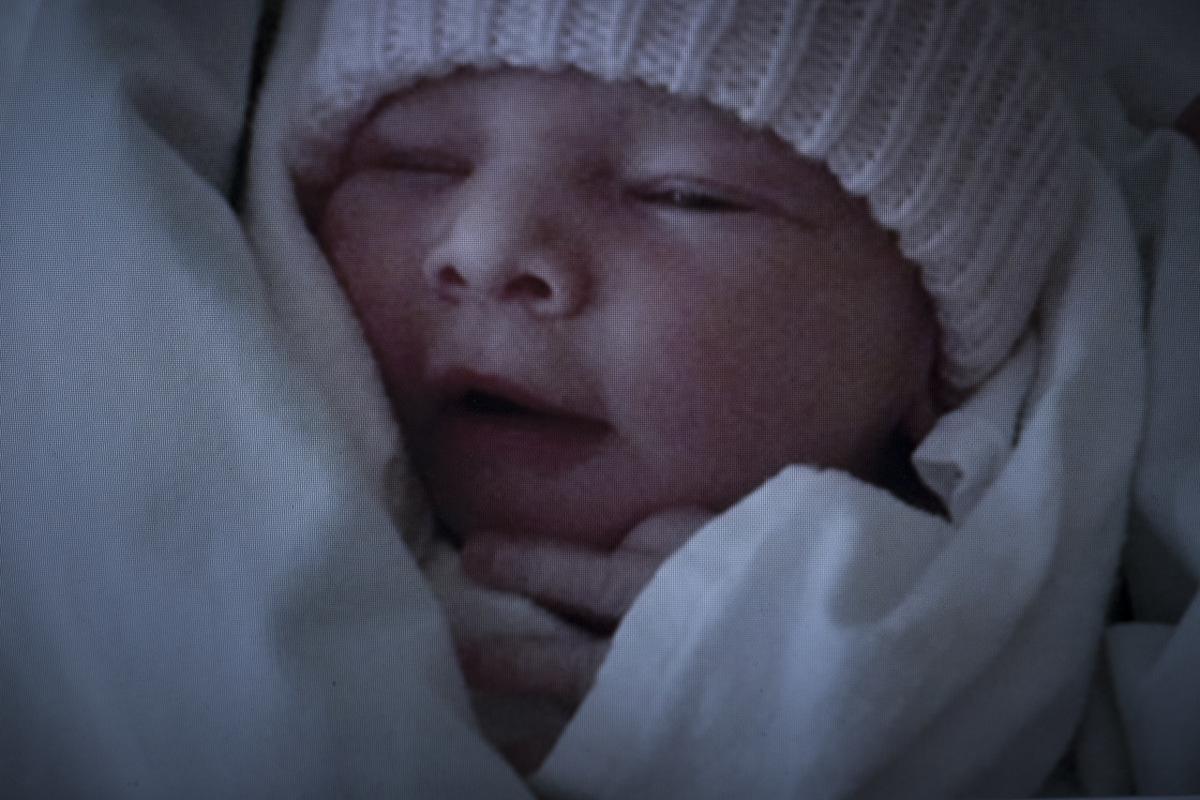 Adrienne Surprenant - Photo prise par Élisabeth Tardy, à lhôpital, de son deuxième enfant né grâce à la FIV, une petite fille nommée Aurélie.
