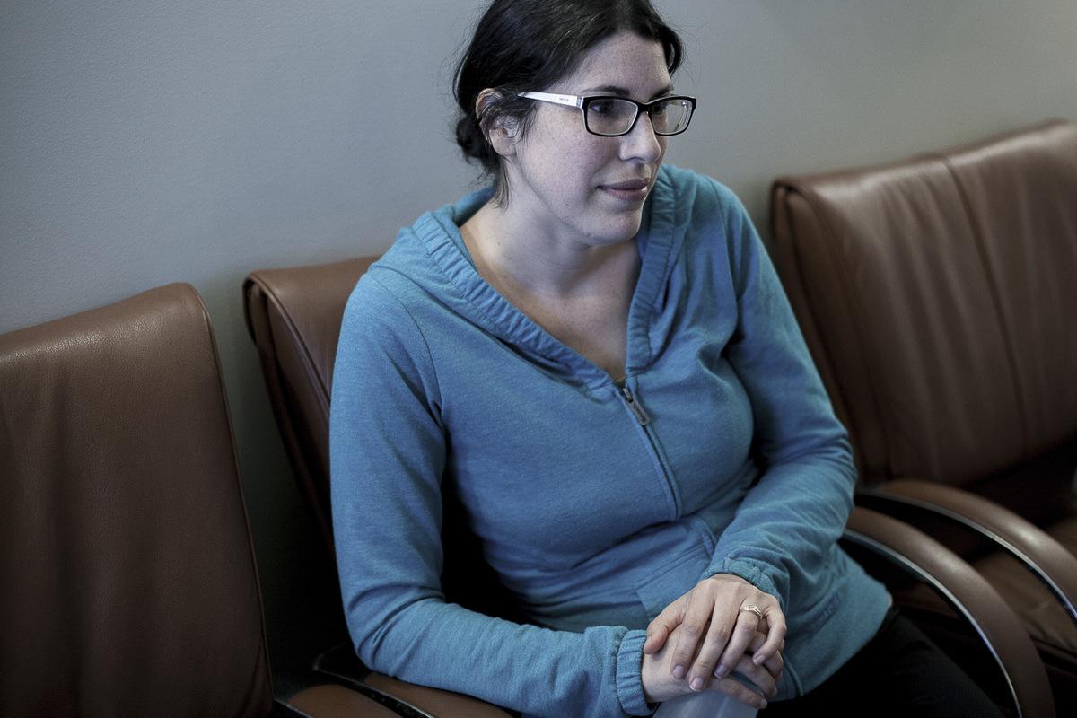 Adrienne Surprenant - Elisabeth Tardy attend à la clinique avant le transfert dembryon qui lui permettra davoir un deuxième enfant. Après le premier essai, un échec, on a vécu un jour a la fois. Au deuxième transfert échoué on s'est écroulés. La difficulté des échecs nous a fait changer d'attitude. Au troisième essai, on a voulu voir ça sous un angle plus détendu. Ça a fonctionné. Je suis convaincue qu'être plus zen a aidé.