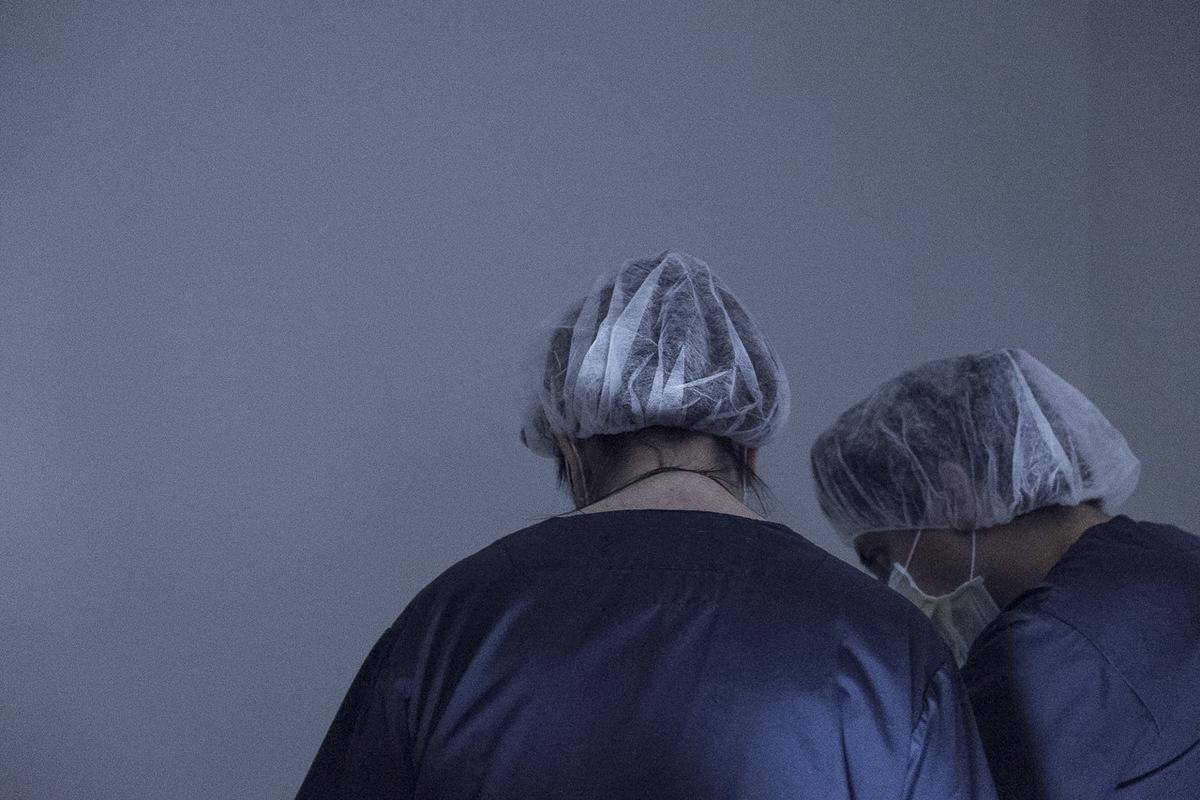 Adrienne Surprenant - Des employés de la clinique Fertilys, à Laval, préparent un prélèvement dovules.
