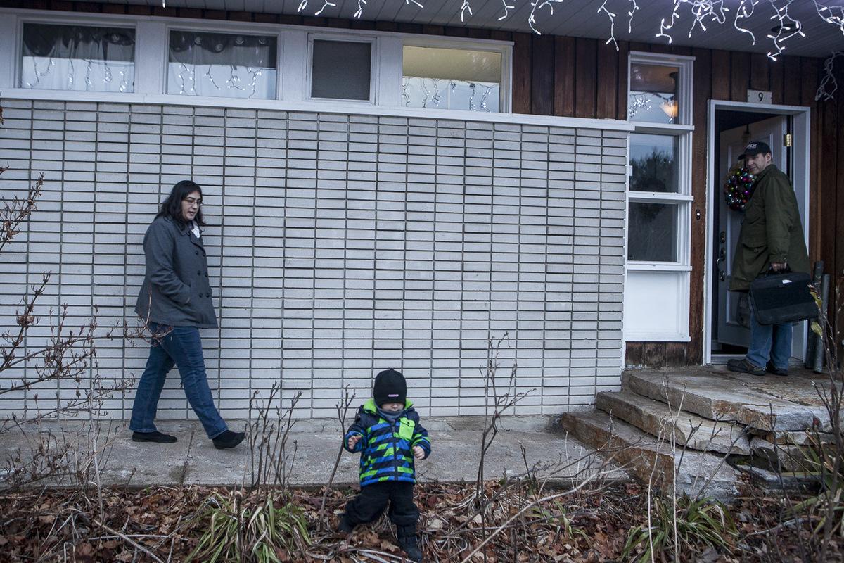 Adrienne Surprenant - Martine Vallée avec son mari et leur enfant, né de la FIV, dans leur maison à Rigaud.