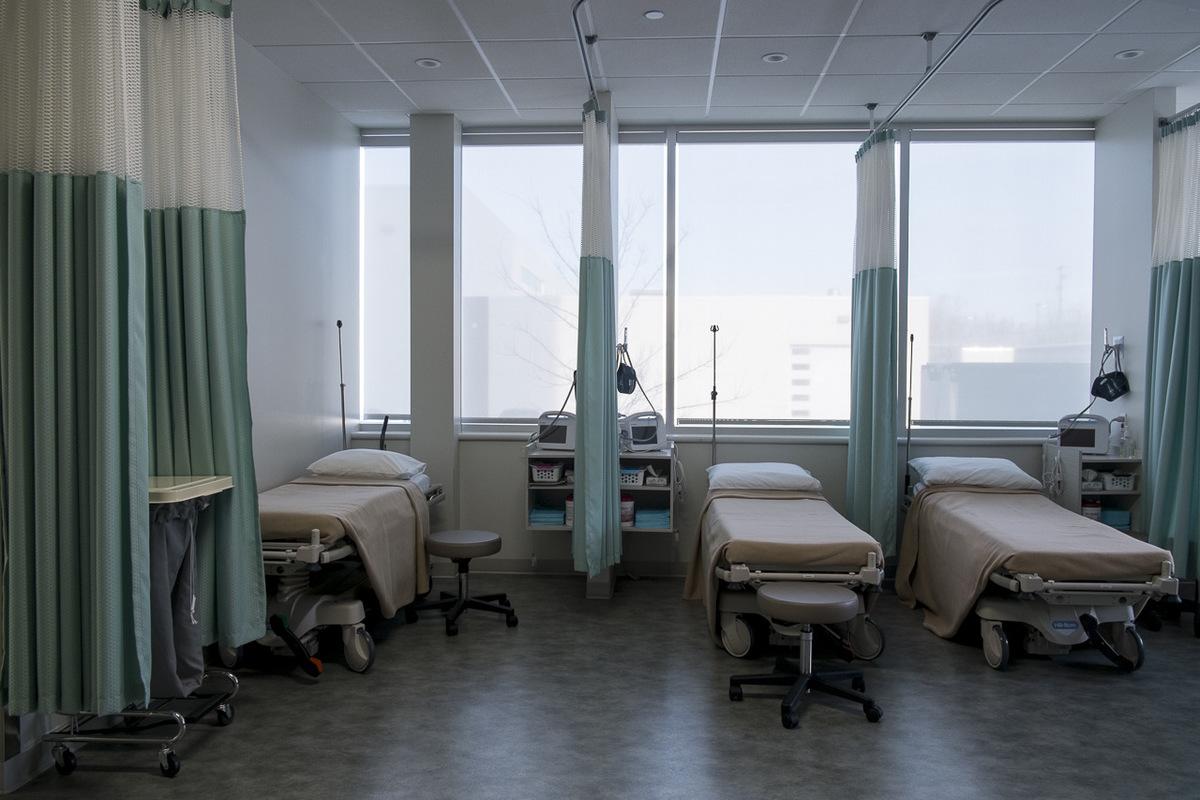 Adrienne Surprenant - La salle de réveil de la clinique Fertilys, où lon prépare les patientes au bloc opératoire, puis où elles se reposent après un prélèvement ou une implantation dembryon.