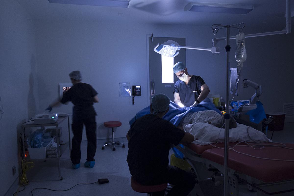 Adrienne Surprenant - Durant le prélèvement dovules, le Dr.Miron se charge de lopération, pendant que Louise Théberge, infirmière, transmet les ovules recueillis aux embryologistes de la salle voisine. Elle sassure régulièrement que la patiente se porte bien. Le prélèvement effraie de nombreuses patientes, mais est rarement douloureux selon Dr. Miron.