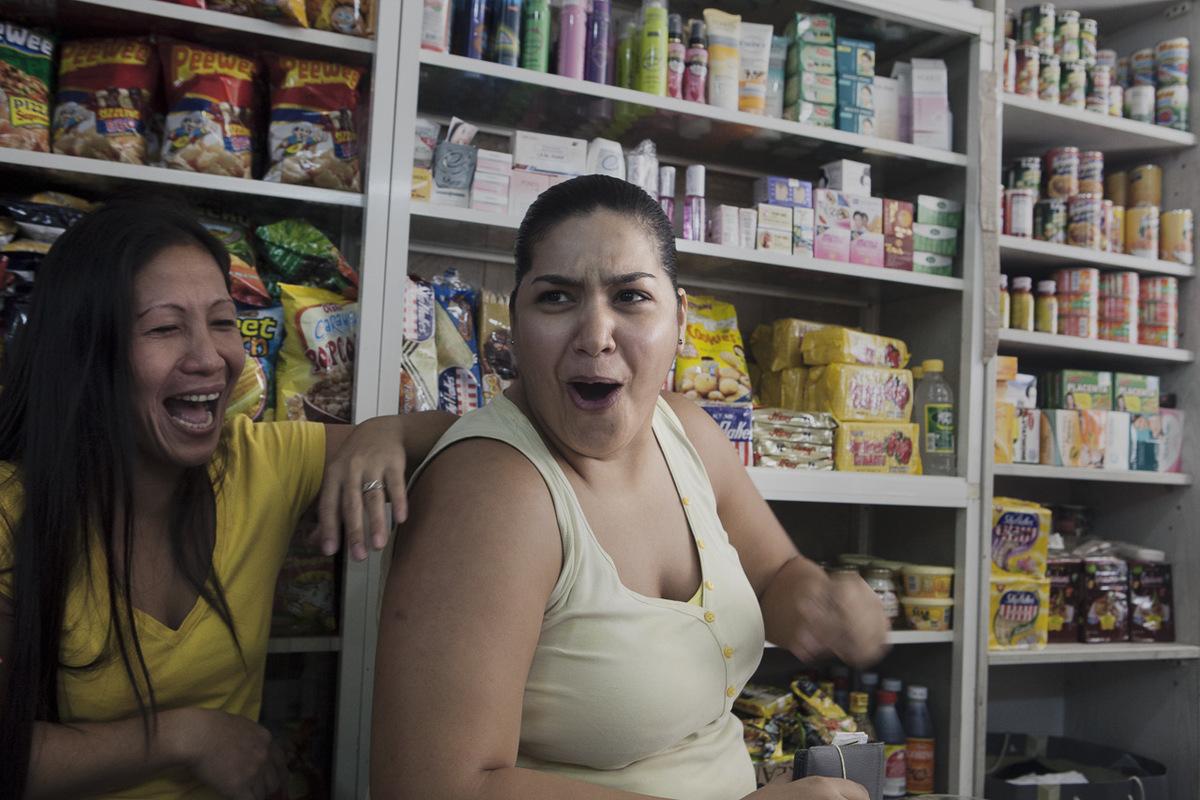 Adrienne Surprenant - Une Libanaise qui travaille à lentrepôt de lépicerie en face vient souvent visiter Mirasol, dont elle adore la cuisine traditionnelle philippine. Une solidarité sest créée entre les deux femmes, qui travaillent toutes deux durement, pour un salaire de misère.
