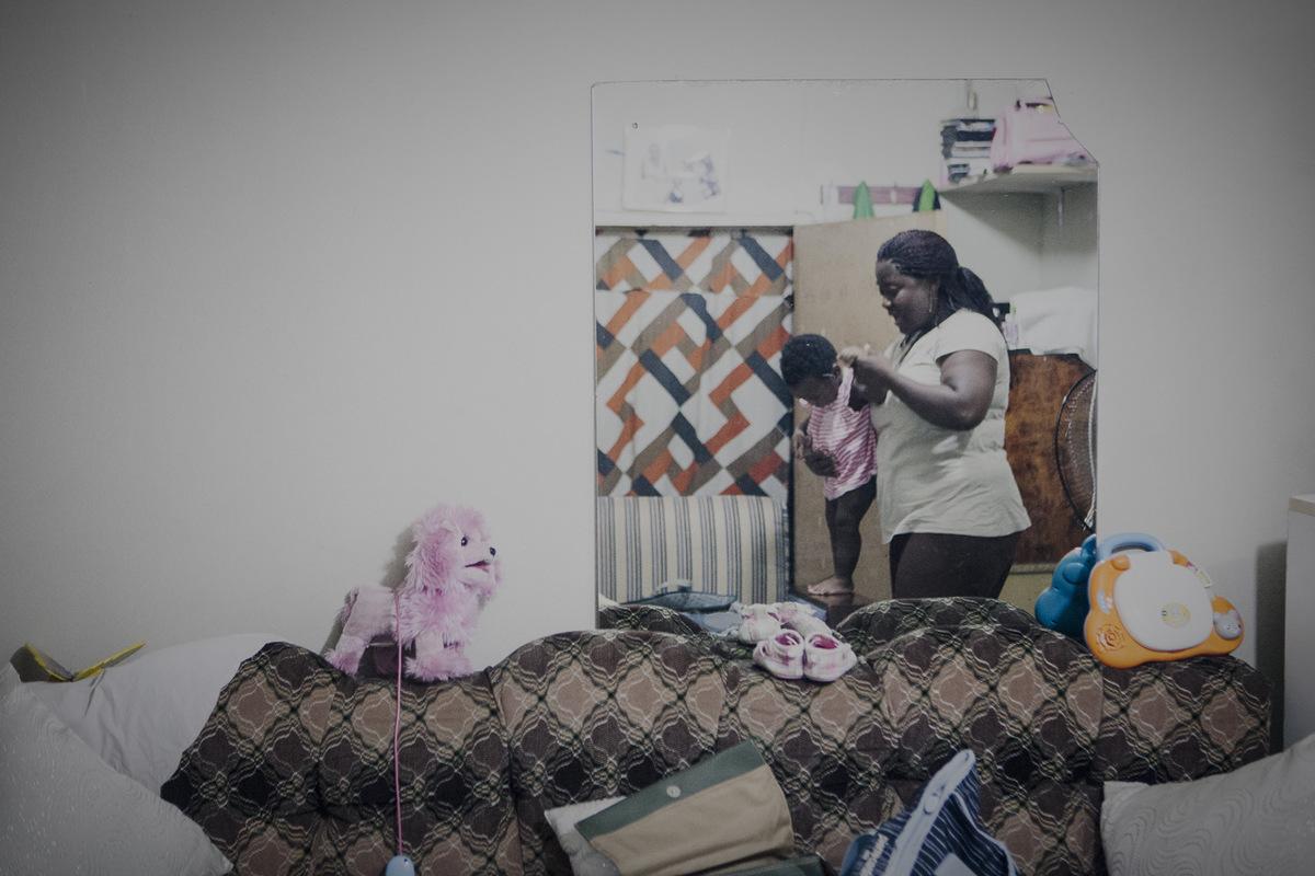 Adrienne Surprenant - En revenant de ses multiples occupations journalières, Rose aime passer chez une voisine et amie camerounaise, qui a nommé sa fille Rose, en son hommage. Ses enfants restés au pays, elle retrouve ses réflexes maternels à ses côtés.