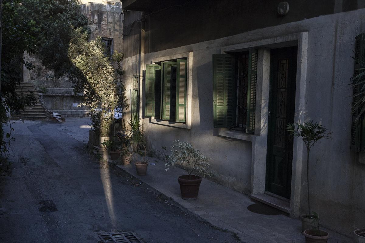 Adrienne Surprenant - Tous les soirs en été, Delphine parcourt le même trajet pour aller chercher sa fille, Sarah, à la garderie du Migrant Community Center (MCC), à Beyrouth.